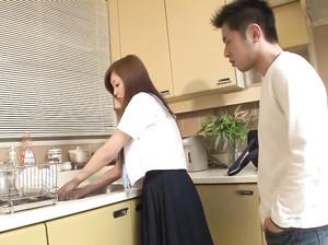 Японская парочка занимается сексом на кухне