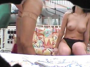 Немецкие мамка с дочкой показывают дырки
