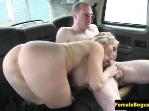 Домина с большими сиськами сосет хрен в фейк такси