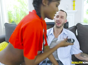 Темнокожая студентка Миа ебется в позе собачки с белым мужчиной