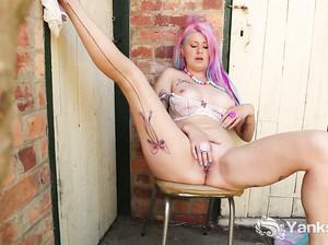 Неформалка с розовыми волосами страстно ласкает клитор