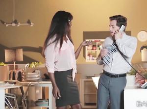 Чернокожая начальница активно ебется с заместителем в офисе