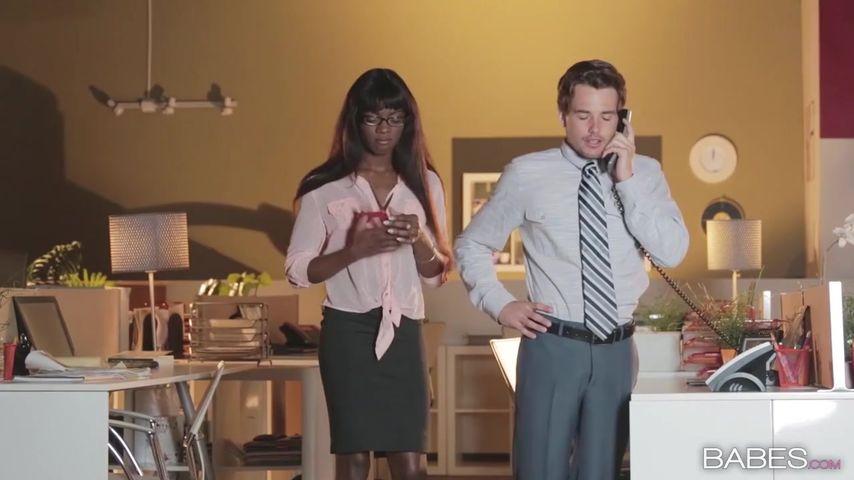 Жену в строгом костюме поимели в офисе сотрудники порно видео на русском