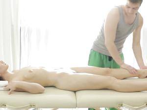 Массажист нежно гладит стройное тело клиентки