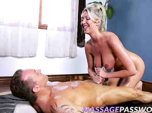 Мужчина в полотенце сделал секс массаж милахе