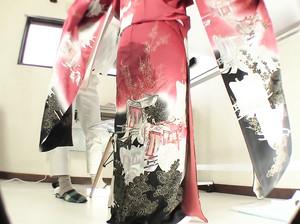 Японская гейша раздевается догола
