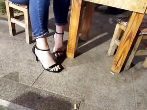 Чувак снимает ножки незнакомки в кафе