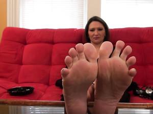 Женщина в возрасте показала свои ступни ног