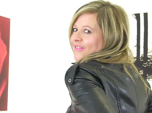 Женщина показывает крупным планом вагину на камеру