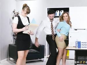 Шеф вставил своей секретарше на столе