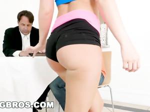 Потаскуха Джина умудряется отсосать у чувака член под столом, когда муж рядом