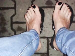 Чувак тайком снимает ножки телки в джинсах