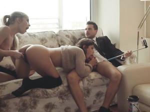 Трио занимается сексом и делает селфи