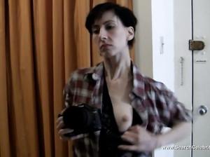 Худая девушка-фотограф снимает фотосессию в стиле ню