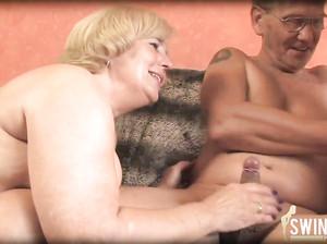 Пожилые бабушки отжигают с седым дедом втроем