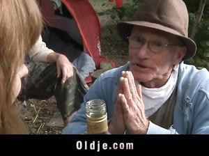 Два старых деда выебали молодуху в лесу на пикнике