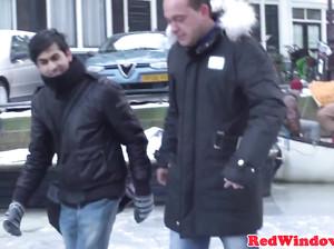 Туристы сняли проститутку на улице Красных фонарей за деньги