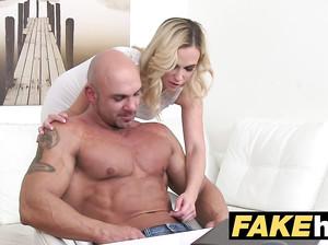 Блондинка проводит парню кастинг и трахается с ним