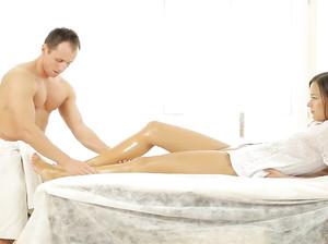 Умелый массажист делает секс массаж телке