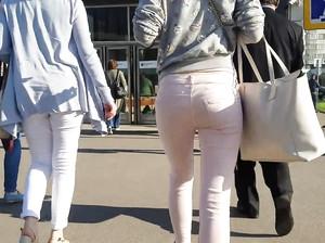 Пацан снимает любительской камерой зад девушки в белых джинсах