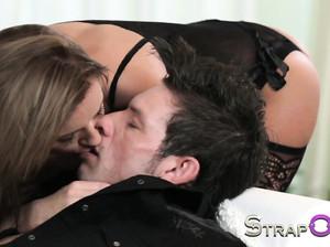 Девушка страпонит в анус бисексуального партнера