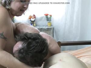 Две жирные бабушки трахаются с мужичком