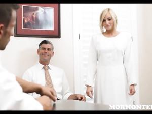 Девушка в белом дрочит пенис мужчине