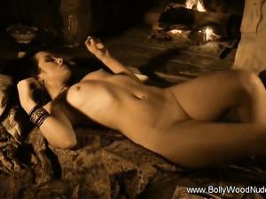 Очаровательная индийская дева показала свое идеальное тело