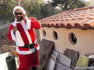 Чернокожий Санта подарил белой девке крутой секс
