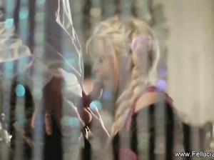 Красотка-блондинка Инесса делает страстный минет