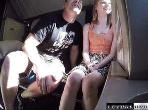 Русскую девку Карину развели на секс в поезде