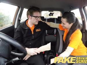 Скрытая камера сняла спонтанный секс в тачке фейковой автошколы