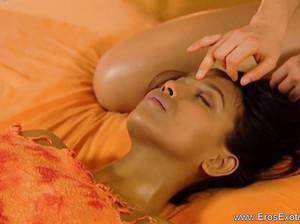 Лесбиянка сделала секс массаж клиентке