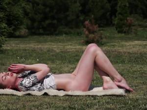 Русская красавица Лена разделась в поле