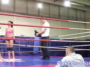 Борьба двух лесбиянок на боксерском ринге