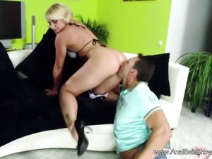 Бойфренд жарит девку в тугую задницу