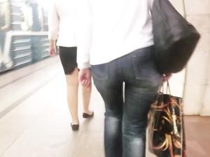 Дрочер снимает на мобилу девку с большой жопой