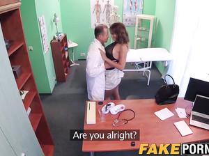 Возбужденный доктор жарит грудастую Николь в кабинете
