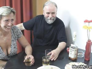 Пожилая пара трахается с молодой девкой