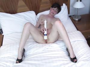 Женщина в возрасте мастурбирует пизду вибратором