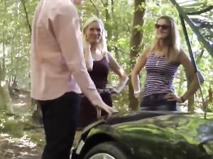 Две взрослые чешки трахаются с парнем в лесу