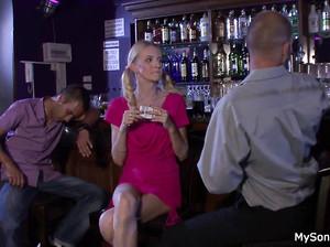 Пьяная худая девка трахнулась с незнакомцем, пока муж спал бухой