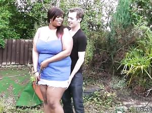 Молодой дрыщ жарит жирную черную девку