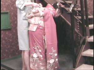 Худой мужик связал гейшу в кимоно и заставил ее сосать