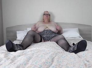 Толстая бабушка в чулках ласкает сама себя