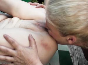 Пожилые лесбиянки лижут письки молодым и сут на них