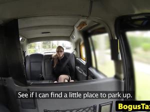 Пожилой водитель фейк такси вогнал член в молодую американку