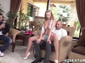 Муж трахает с товарищем свою очаровательную жену в две дырки