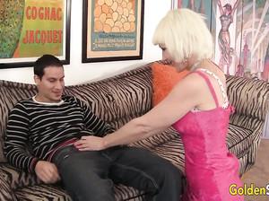 Женщина в возрасте чпокается с молодым любовником