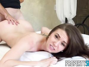 Симпатичная порно модель чпокается на кастинге
